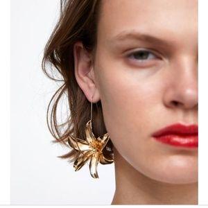 Metal dangle flower-shaped earrings